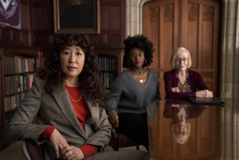 critique ; avis ; reviews ; The chair ; sandra oh ; THE CHAIR (L to R) SANDRA OH as JI-YOON, NANA MENSAH as YAZ, and HOLLAND TAYLOR as JOAN in episode 106 of THE CHAIR Cr. ELIZA MORSE/NETFLIX 2021